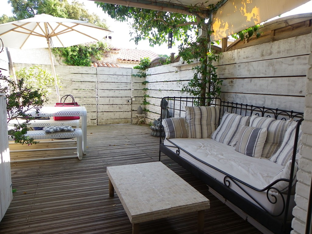 SAINTE MAXIME T3 FOR SALE. Beautiful Mazet close any trade refurbished contemporary in area with pool, ideal for first investment, not to be missed.