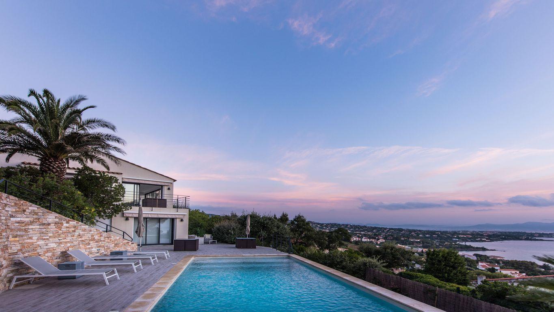 Appartement les Issambres dans rez-de villa avec piscine a louer composé de Une suite avec salon, un