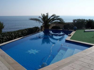 THE VILLA FOR RENT ISSAMBRES T7 WATERFRONT. Magnificent villa with infinity pool overlooking the sea and the creeks composed of  1 living room with TV and fireplace overlooking the terrace and pool,  1 kitchen open to the dining room overlooking the pool and garden  1 room with 2 beds of 0.90, sink,  1 bathroom with shower and toilet,  1 room with 2 beds of 0.90,  1 room with 1 bed of 1.60,  1 room with 1 bed of 1.60,  1 bathroom with shower and toilet,  1 WC,  1 room with 1 bed of 1.60, shower room Wc.  This villa is situated in an idyllic setting, it will make your dream vacation.