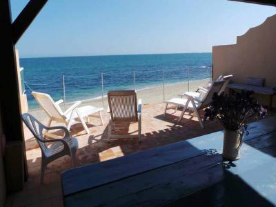 SAINTE MAXIME WATERFRONT VILLA. Very nice small villa waterfront with direct access to the sea comprising: an open kitchen overlooking the dining room, 1 room with 1 bed 1.40 and 1 room with 2 beds of 0.90, 1 bathroom, 1 WC. terrace with electric barbecue.