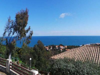 T3 APARTMENT TO RENT THE ISSAMBRES. Panoramic sea view for this two-room apartment in a very quiet 600 meters from the beach including district: 1 room with 1 bed of 1.40, 1 room with 1 bed of 1.40, 1 dining, 1 terrace of 15m �, overlooking the gardens, 1 kitchen, 1 shower room with WC. Parking in the residence.