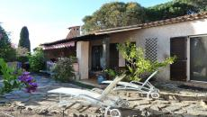 SAINTE-MAXIME VILLA T3 FOR SALE. Close to shops and beaches, villa on one level consists of: entrance, living room with fireplace, fitted kitchen, utility room, 2 bedrooms, bathroom, separate wc. plot of 560 sqm swimming pool. Garage.