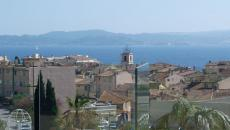SAINTE-MAXIME T3 APARTMENT FOR SALE. In the heart of the town, very nice apartment of type 3 with entrance with cupboards, kitchen open to living room, terrace of 73 m², beautiful view of the sea and Saint Tropez, separate toilet, two bedrooms, two bathroom Including one with wc. Garage and parking.