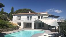 A VENDRE VILLA PROCHE STE MAXIME. Très joliment rénovée cette villa de 150 m² vous donnera une impression de vacances tout au long de l'année. Idéalement située proche de Ste Maxime et très proche des plages de la Nartelle dans le quartier du Sémaphore. Edifiée sur un terrain clos et arboré de 1100 m² offrant vue sur la mer et avec piscine. A l'étage une agréable terrasse bois moderne vous offre un paysage verdoyant. Un séjour cuisine us avec 4 chambres réparties sur 2niveaux. Une salle d'eau et une salle de bains 2 toilettes. Pas de travaux mais quelques petites finitions. Quartier calme et pas de vis a vis. Climatisation réversible.