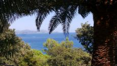 FOR SALE VILLA WITH SEA VIEW IN LES ISSAMBRES. Spectacular sea view for this 270m² villa on a 1150m² plot. 2 independent apartments, on 2 levels, of 3 rooms each in this house. Villa to be completely rebuilt and creation of a car access.