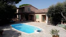 SAINTE-MAXIME VILLA T5 FOR SALE. In a beautiful closed domain near the beaches, Provencal villa offering living room kitchen, 4 bedrooms including 3 on one level, 1 bathroom 1 shower room, 2 toilets, a mezzanine that can serve as office or 5th bedroom, ground flat with swimming pool, garage and cellar. To have!
