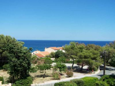 LES ISSAMBRES VILLA T4 TO RENT. Charly mazet near the sea and the beach with access through an underpass, located in a very quiet area. Understanding: 1 equipped kitchen, 1 stay of 20m ² giving access to 2 terraces, 1 room with 1 bed of 1.40 and Wc, In 1st floor: 1 room with sea view and 2 beds of 0.80, 1 room with 2 beds of 0.80, 1 shower room, separate toilet. This villa will make you have a pleasant stay. Restaurants and shops nearby.