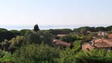 SAINTE MAXIME VILLA TYPE 6 FOR SALE. Beautiful Provencal villa in secure area 300m from the beach very good condition beautiful sea view holiday home or to live year-round no work needed, quiet and beautiful Provencal garden. Do not miss